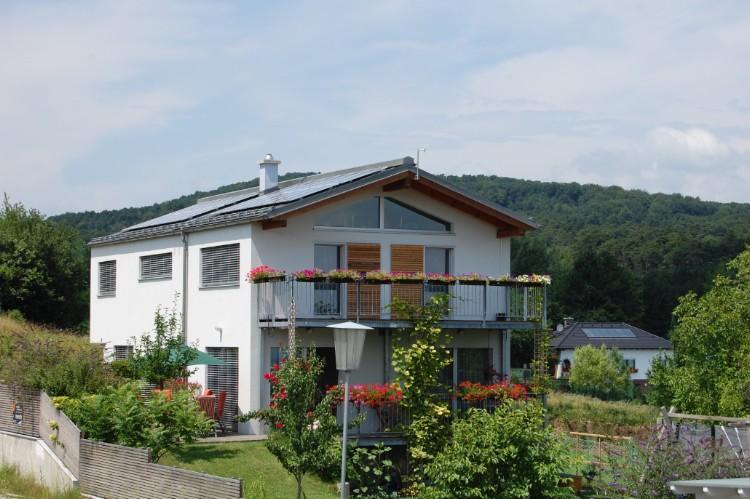 Haus mit PV-Anlage in schönem Garten