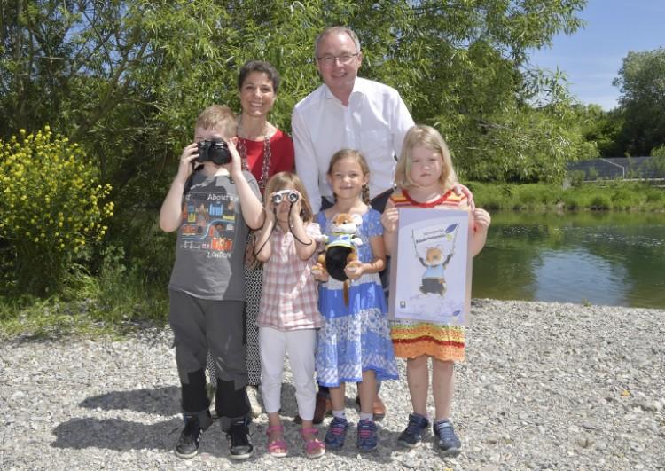 (v.l.n.r.):. Kinder auf der Suche nach Nupsi mit LH-Stellvertreter Dr. Stephan Pernkopf und Mag.a Jasmine Bachmann, Geschäftsführerin des Vereines Naturparke NÖ.