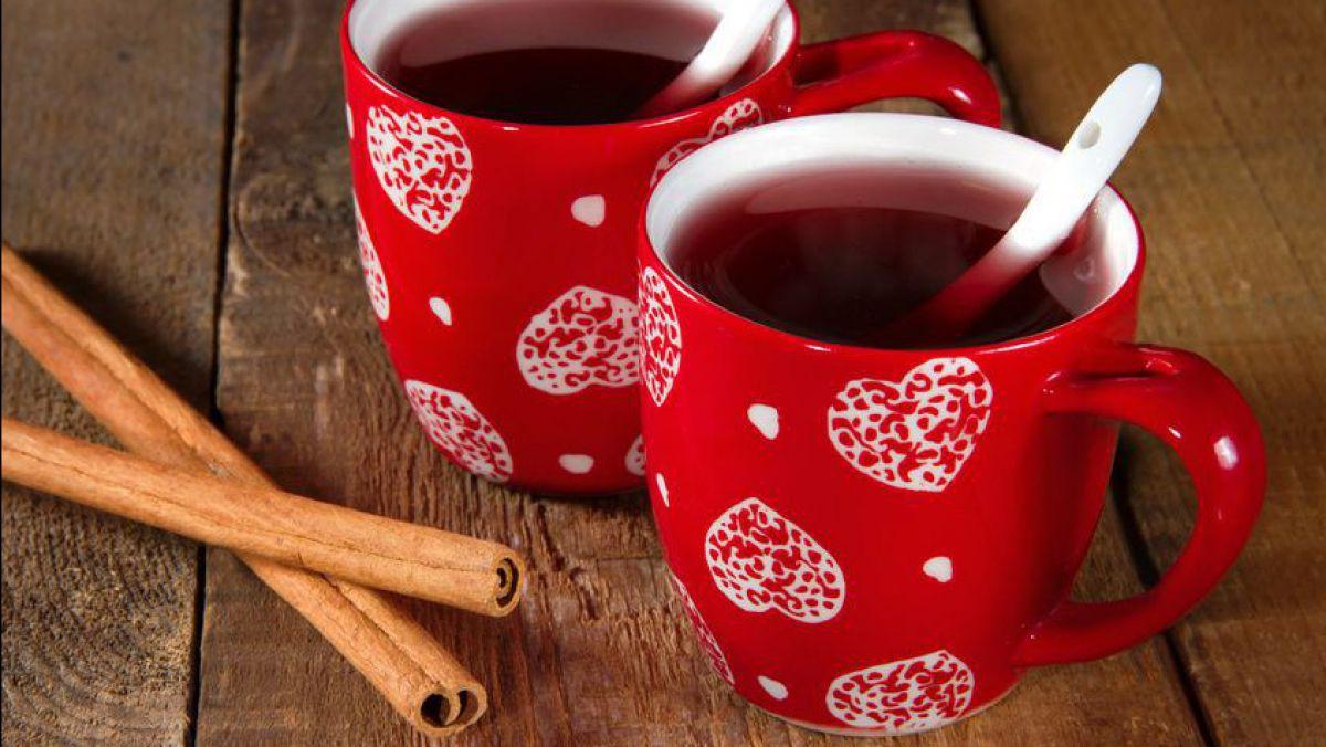 Gewürzpunsch in roten Tassen