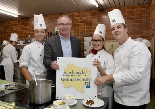 Landesrat Dr. Stephan Pernkopf mit SchülerInnen der HLF Krems